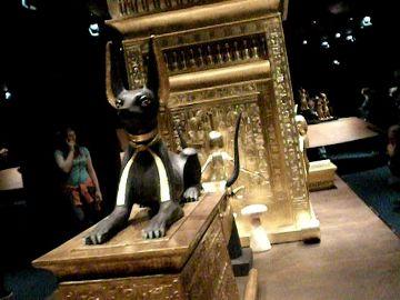 Nanubis a za ním schránka na Tutanchamonovy vnitřnosti