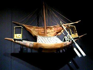 Maketa lodi uložená v hrobce